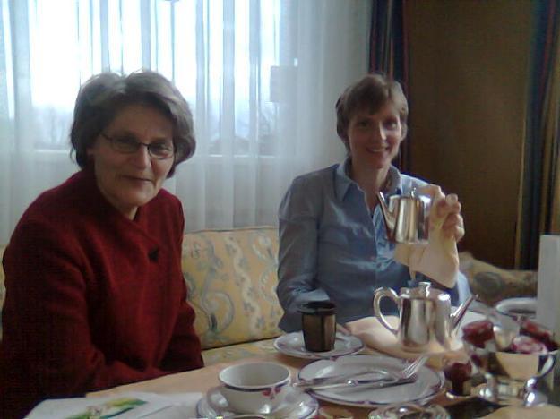 Teetheater und ein Tee aus einer Silberkanne!